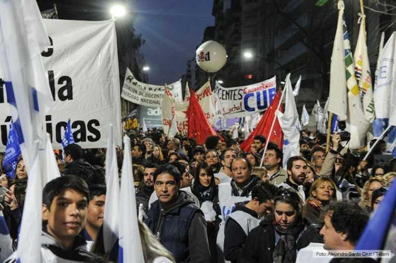 Docentes y estudiantes marcharon en defensa de la educación pública universitaria