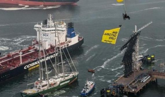 Tres argentinos en una protesta de Greenpeace contra un buque petrolero de Rusia