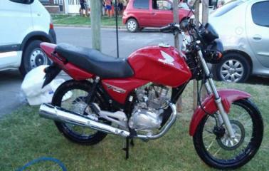 Le robaron la moto mientras circulaba en Puerto San Martín