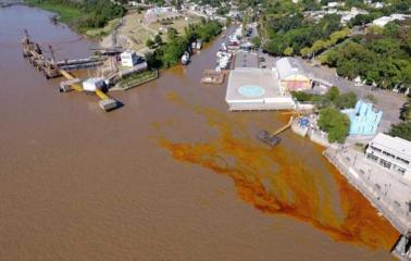 Se derramaron 800 litros de aceite en el río Paraná