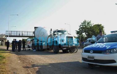 Accidente fatal: un camión trompo aplastó a un motociclista