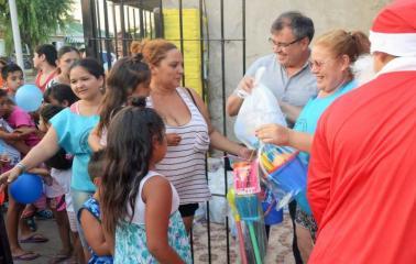 Navidad Solidaria: entregaron cintos de juguetes a niños de Beltrán