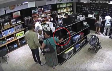 VIDEO. Mechera se roba una Notebook de un local de informatica de San Lorenzo