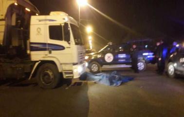 Accidente fatal: murió un motociclista arrollado por un camión en Puerto San Martín