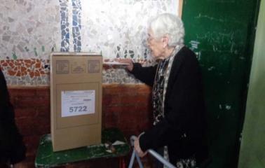 A los 102 años fue a votar con su hija de 80