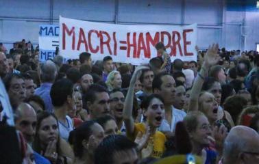 Cruces entre militantes durante el acto del 3 de febrero