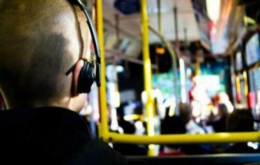Avanza la Ley para prohibir los reproductores de música sin auriculares en el colectivo