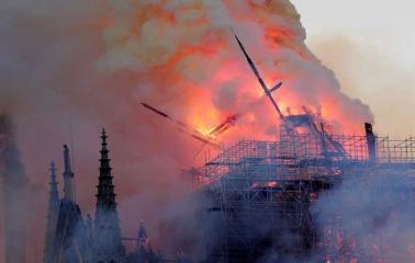 París: se incendia la histórica catedral de Notre Dame y se cayó su famosa aguja