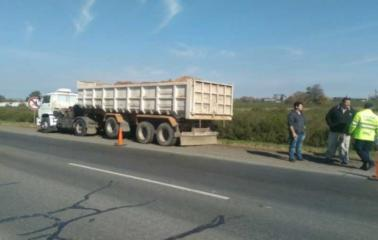 Camionero ebrio provocó un accidente en la Autopista