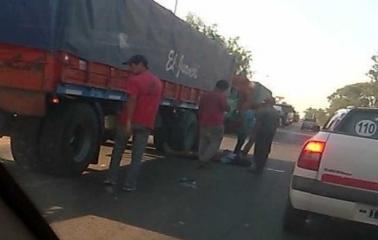 Ruta11: Murió un motociclista tras chocar con un camión