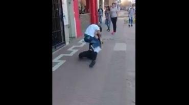 Dos chicas pelearon en la puerta de una escuela de Bermúdez