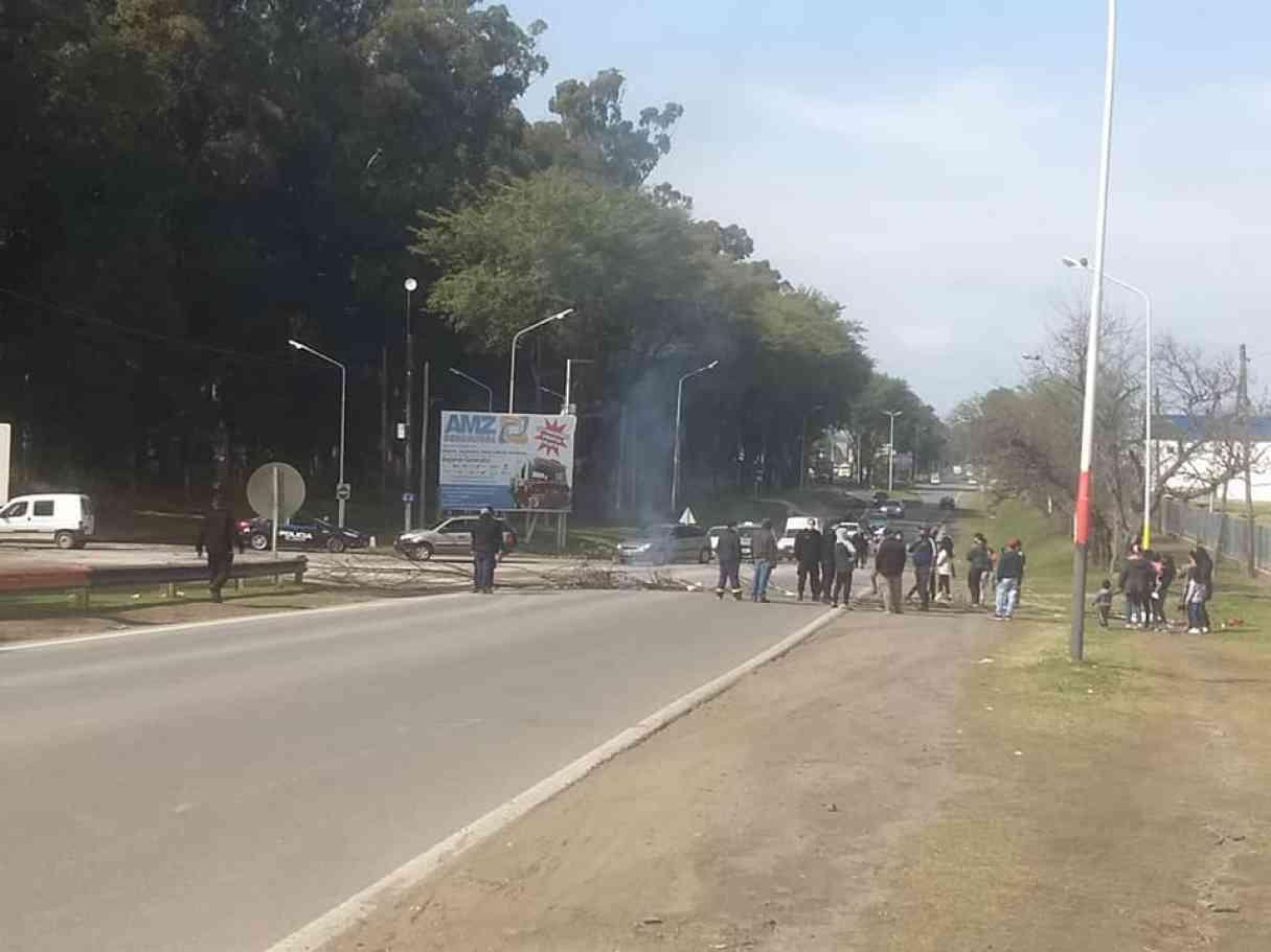 Bermúdez: tras 4 días sin luz cortaron la ruta y se manifestaron frente al municipio