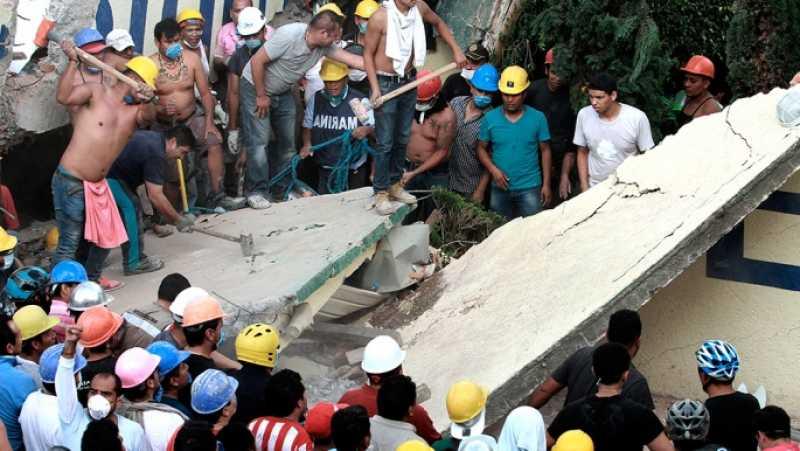 Mas de 200 muertos por el terremoto: buscan sobrevivientes entre los edificios derrumbados