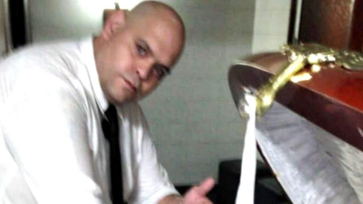 El empleado de la funeraria que se sacó una foto junto a Maradona se presentó en la comisaría