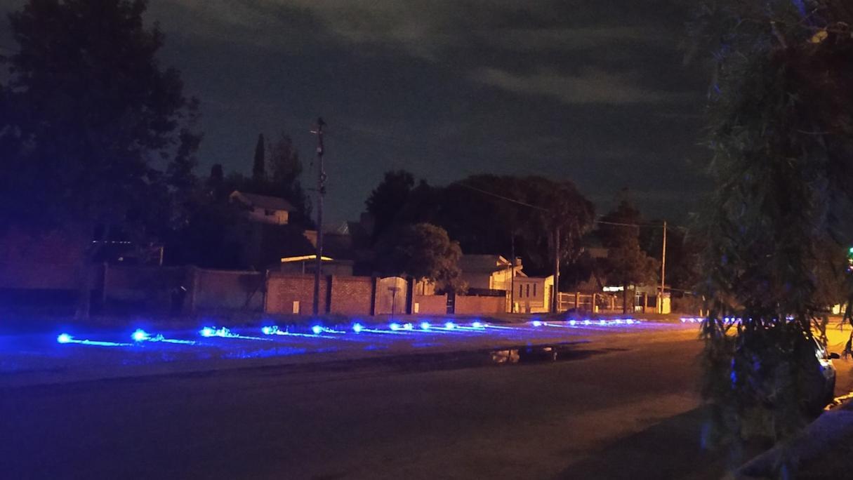 Malestar visual: utilizaron luces azules para marcar estacionamientos en Bermúdez
