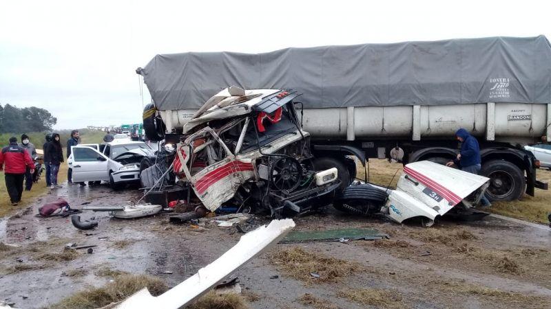 Choque frontal entre dos camiones y un auto en Autopista Rosario Santa Fe