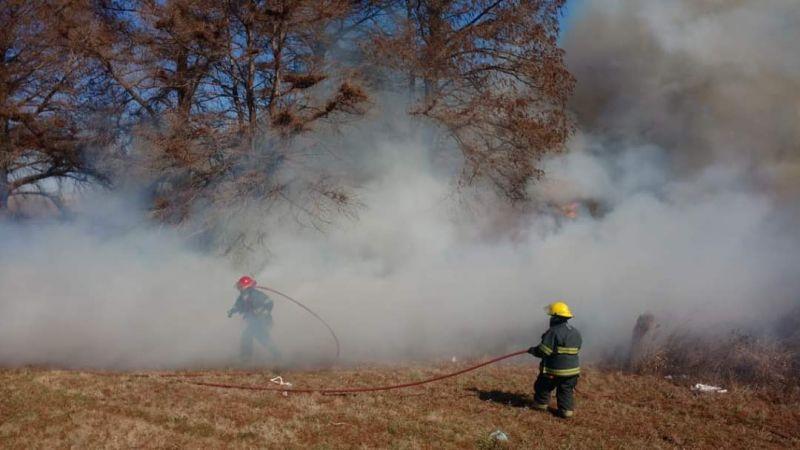 Martes agitado para los bomberos por cuatro quemas de pastizales