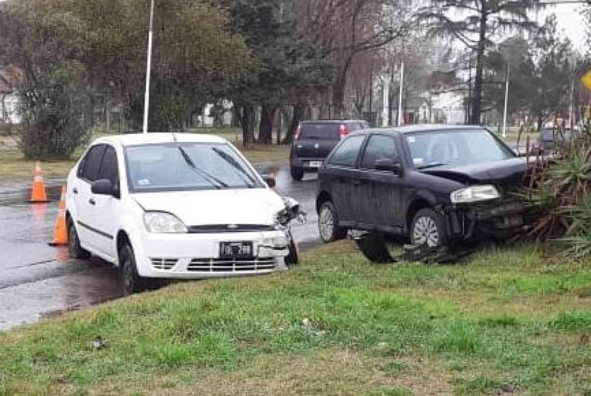 Beltrán: dos autos terminaron subidos en la vereda tras colisionar en Ruta 11