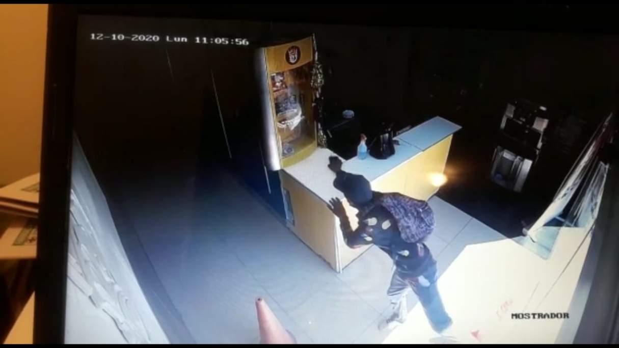 Rey Fast Food: le robaron el celular de arriba del mostrador