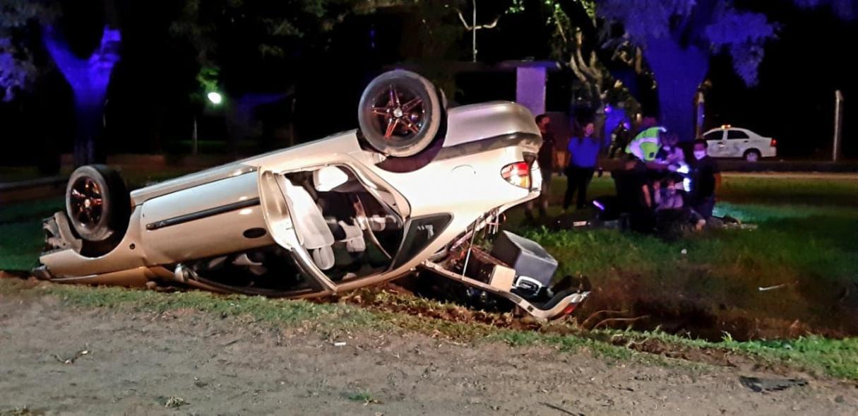 Cuatro personas heridas tras el vuelco de un auto en la curva de destilería
