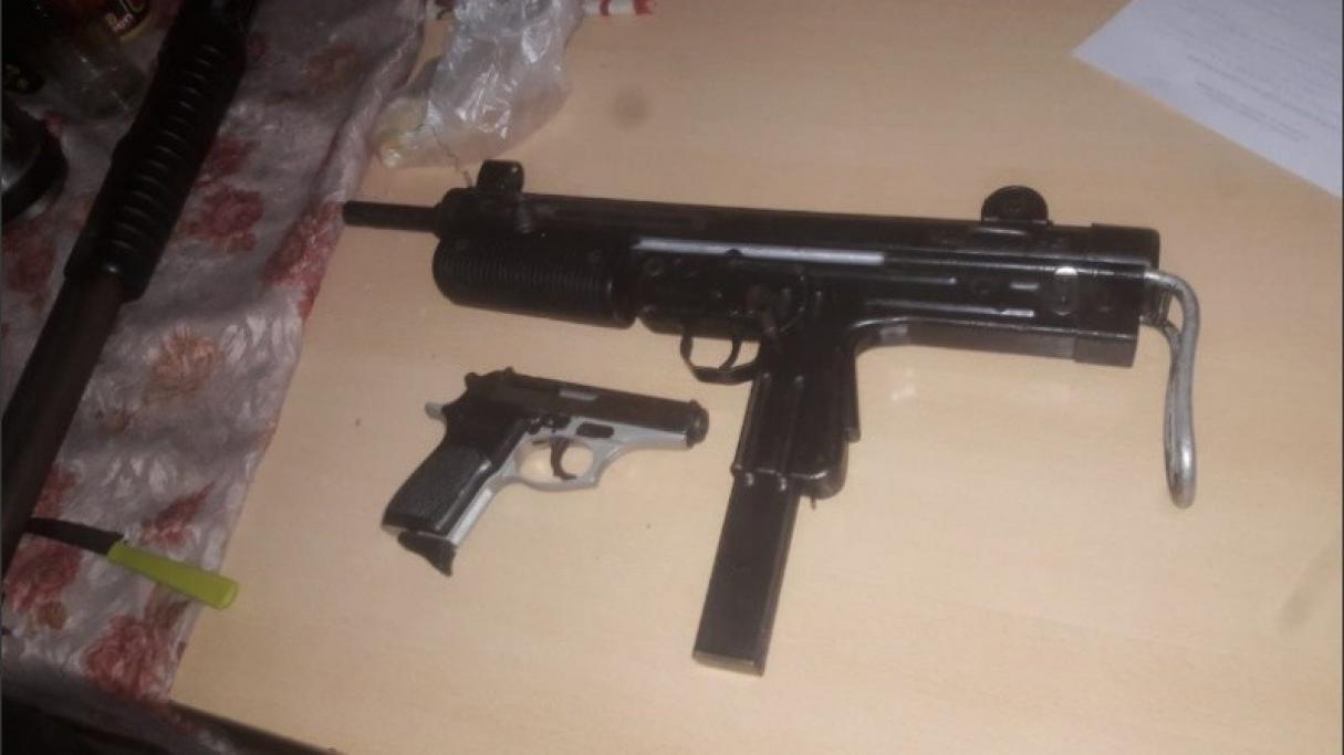 Rosario: tenía una ametralladora FMK3 y una pistola en su casa