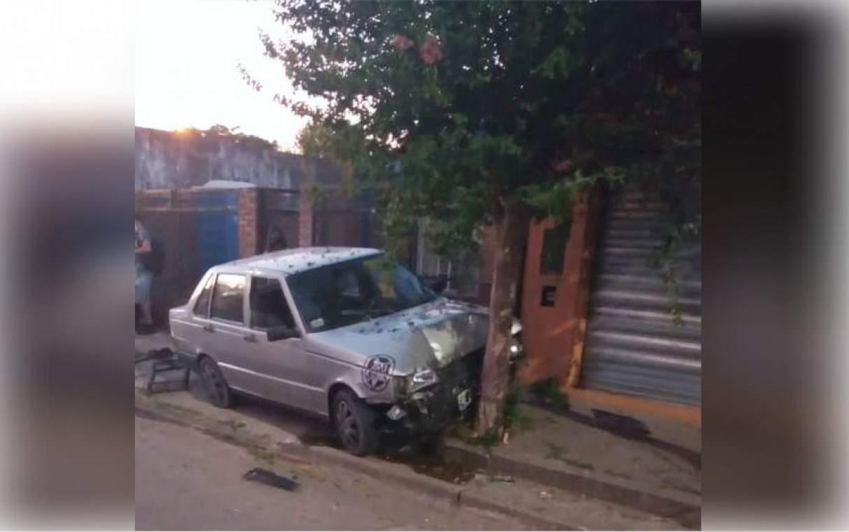 Capitán Bermúdez: Chocó su auto contra un árbol y resultó herido