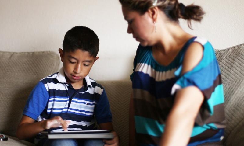 La Niñez, sus derechos y la brecha digital en la educación