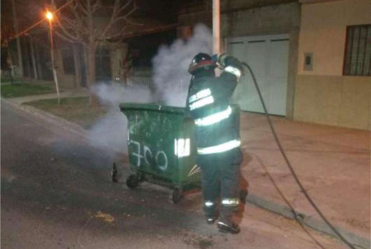 Tres detenidos por incendiar un contenedor de basura