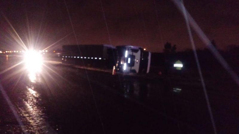 Volcó un camión en la Autopista, altura San Lorenzo
