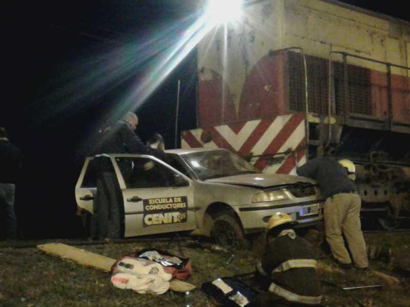 AHORA: El tren arrolla un auto escuela hay 2 personas atrapadas