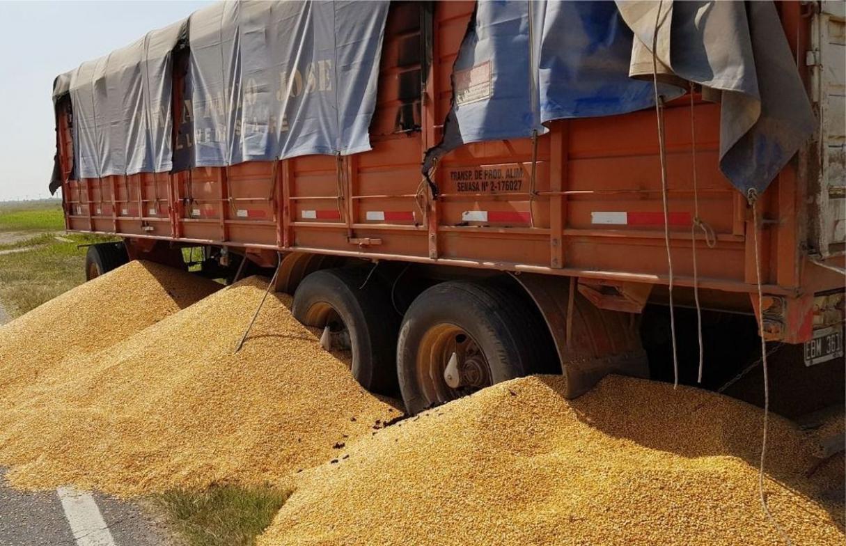 Ataque a camioneros: robo de cereal, amenazas de muerte y detenidos