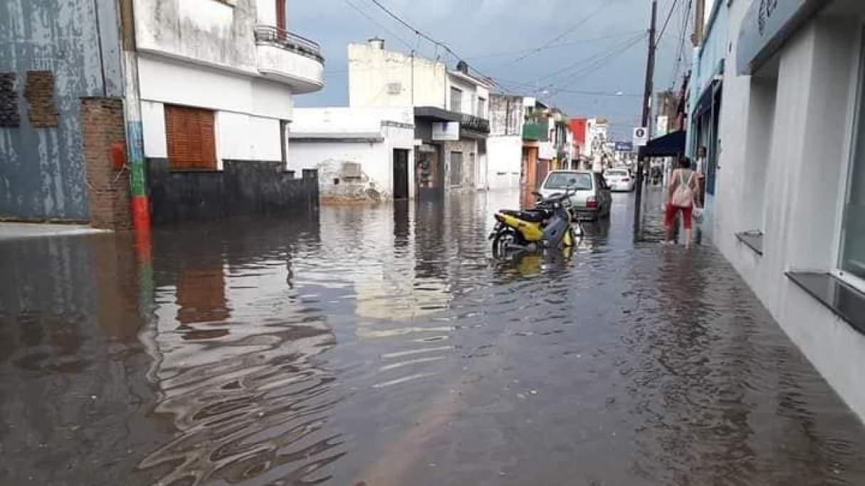 Temporal en Coronda: abundante caída de agua y granizo dejó las calles abnegadas