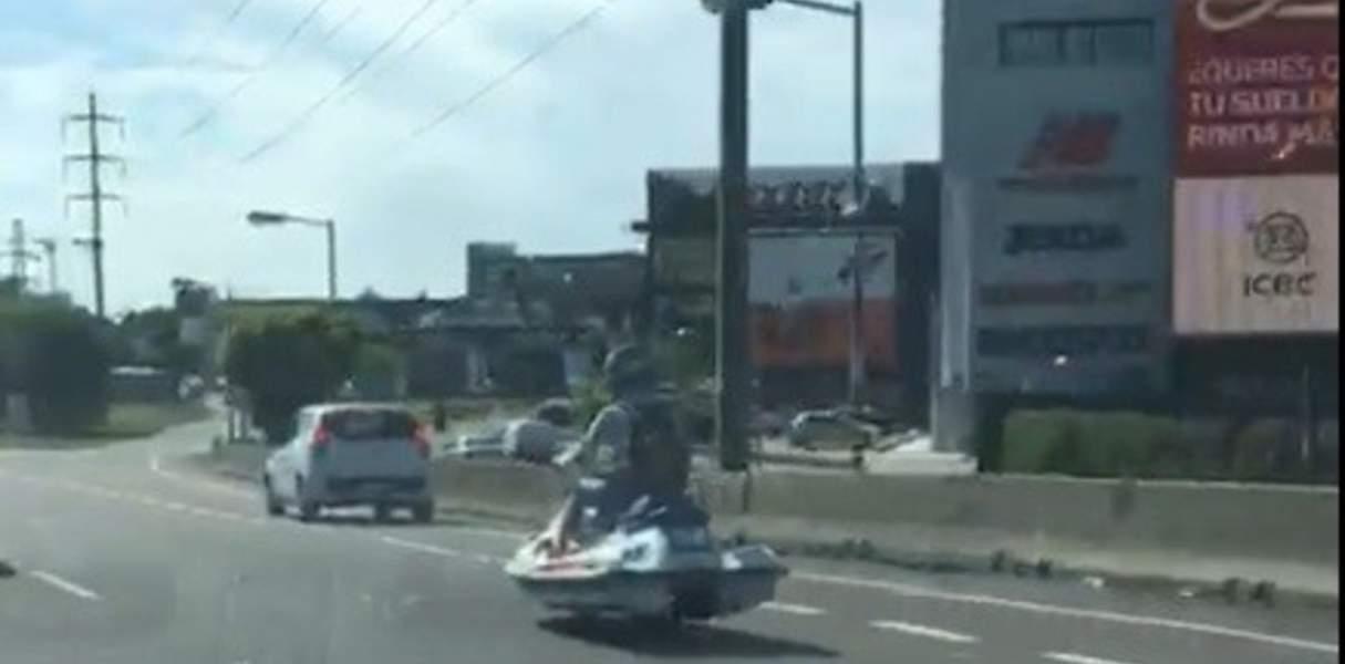 Le quitarán la licencia al joven que circulaba en moto de agua por Panamericana