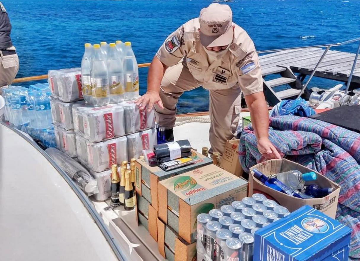 Fiesta clandestina: detuvieron una embarcación sobrecargada de alcohol y personas