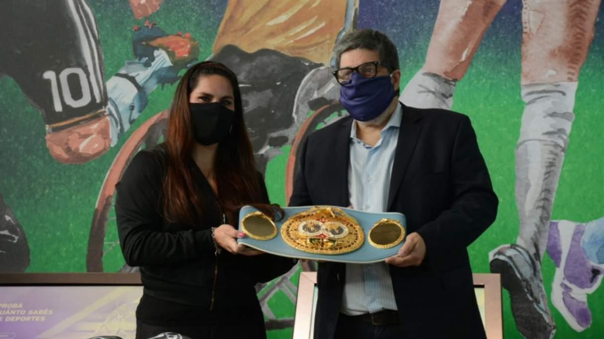 """La boxeadora Victoria """"Leona"""" Bustos cedió su cinturón y guantes al museo del deporte santafesino"""