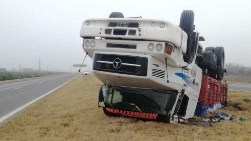 Espectacular vuelco y despiste de dos camiones en Autopista