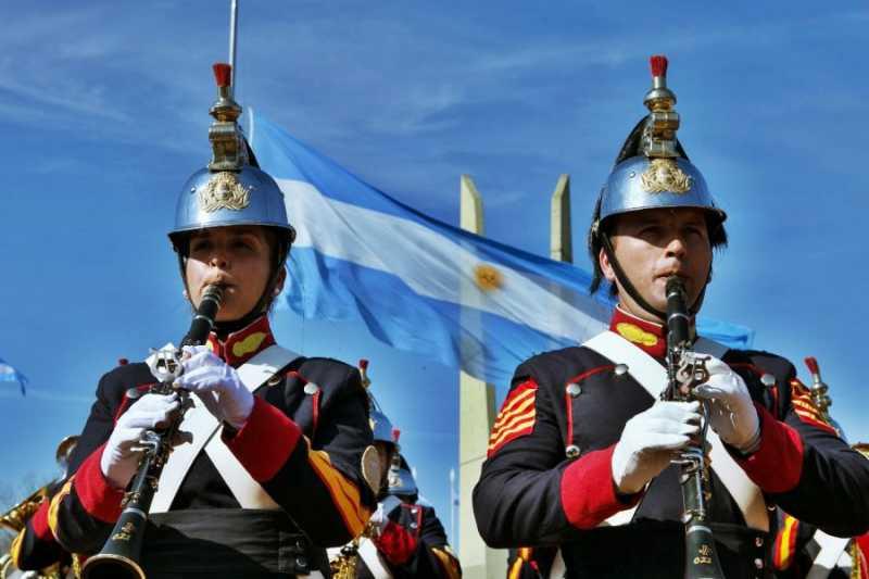 San Lorenzo: Acto, desfile, marcha de los bombos y acrobacias aéreas por el 17 de agosto