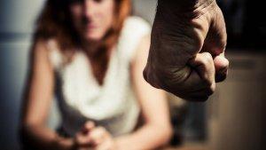 Tras una discusión su pareja le dio un puñete y la ahorcó